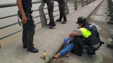 Policía impide que una mujer se suicide lanzándose a un río en Ecuador