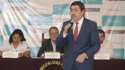 Alcalde de San Isidro irrumpió en ceremonia y criticó falta de políticas para afrontar contaminación lumínica