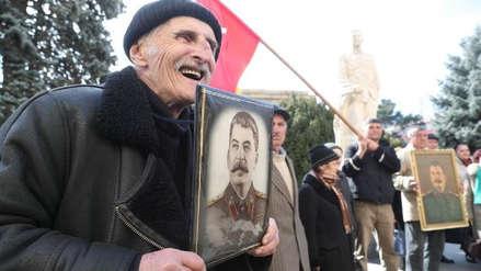 """Detienen a dos jóvenes por arrojar claveles a la tumba de Stalin al grito """"arde en el infierno"""""""