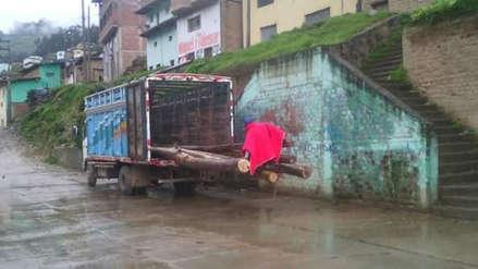 Pobladores incomunicados desde hace cinco días construyen puente en Otuzco