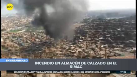 Un incendio afecta un almacén de calzado en el Rímac