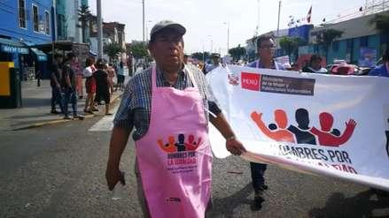 Con mandiles rosados hombres luchan por la igualdad de las mujeres en Trujillo