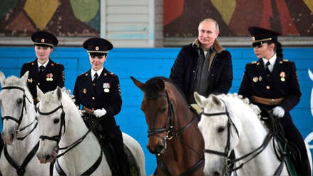Vladímir Putin sorprendió al montar caballo en su visita a batallón de la policía de Moscú [FOTOS]