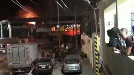 Callao | 17 unidades de bomberos controlan un incendio que se registra en una empresa pesquera