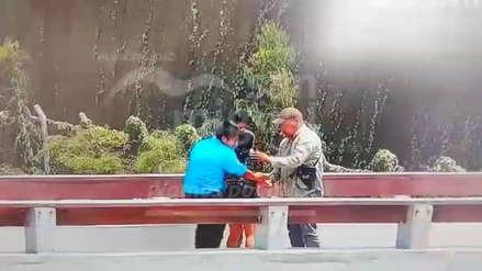 Sereno impidió que mujer se suicide lanzándose desde un puente en San Miguel