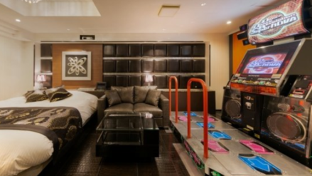 Hotel al paso japonés incluye máquinas de baile, toboganes y juegos de realidad virtual en su servicio | Japón Cool