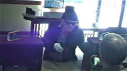 Hombre robó miles de dólares de banco a mano armada y huyó en una bicicleta eléctrica [VIDEO]