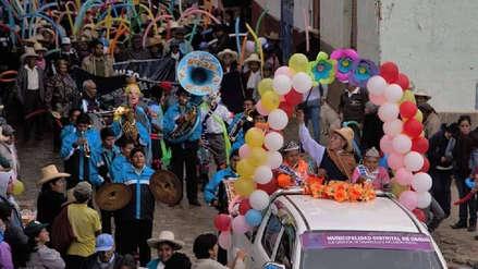 Baile, canto, desfiles y mucha alegría en un carnaval de adultos mayores
