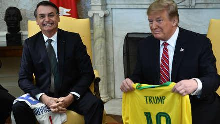 Bolsonaro le regaló a Trump la camiseta de la selección de Brasil durante reunión en la Casa Blanca