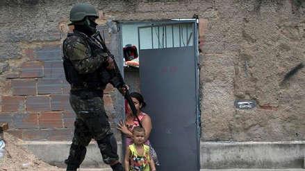Un joven muere cada hora por armas de fuego en Brasil, según un estudio