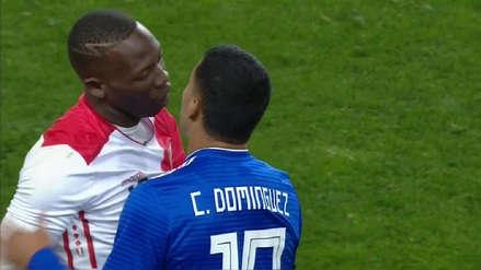 Luis Advíncula y el fuerte cruce con Cecilio Domínguez en el Perú vs. Paraguay