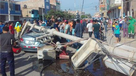 Una persona herida tras la caída de un poste eléctrico sobre un automóvil en Chiclayo