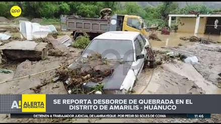 Diez casas inundadas y tres autos sepultados en lodo por desborde de quebrada en Huánuco