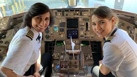 Fotografía de una madre con su hija piloteando el mismo avión juntas se volvió viral