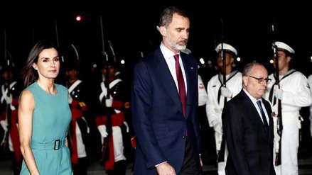 ¡Papelón! Los reyes de España pisan suelo argentino tras esperar una hora en el avión por falta de escalera