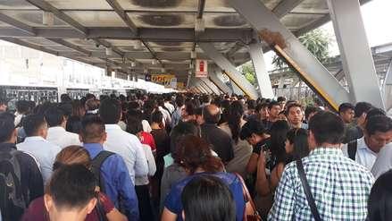 Metropolitano: Usuarios reportaron largas colas y retraso en llegada de buses