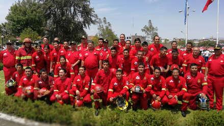 Un baño con agua a presión: así bautizan a los bomberos de Arequipa [Video]