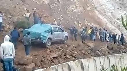 Más de 400 vehículos varados por deslizamiento en carretera de La Libertad
