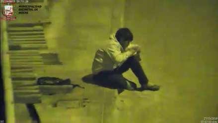 Niño de 12 años usa la luz del poste de la calle para hacer sus tareas