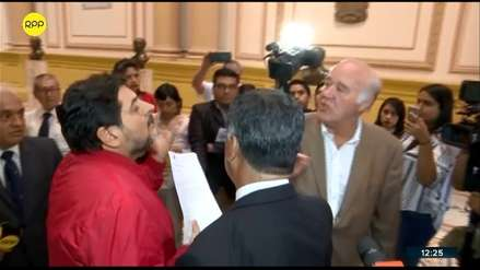 Un hombre ingresó al Congreso y reclamó a Víctor Andrés García Belaunde para que lo atienda [VIDEO]