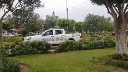 Patrullero de La Victoria invade parque cerca a colegio y pone en riesgo a peatones [VIDEO]