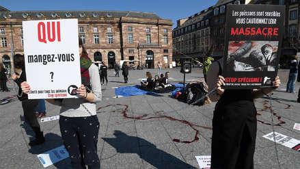 Activistas se perforan las mejillas con anzuelos para protestar contra la pesca