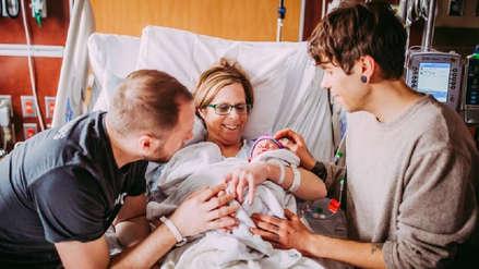 Mujer de 61 años dio a luz a la bebé de su hijo gay en Estados Unidos