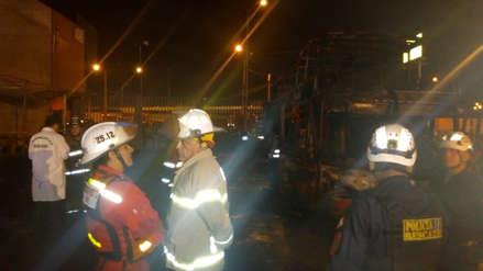 Fiori | Policía y bomberos resguardan a niña herida que perdió a su abuela y tía en incendio de bus