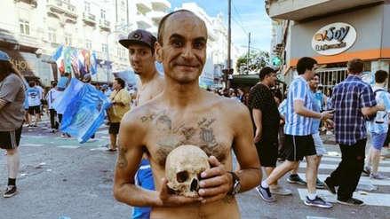 ¡Insólito! Hincha de Racing llevó el cráneo de su abuelo a los festejos por el título