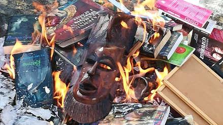 Sacerdotes queman libros de las sagas Harry Potter y Crepúsculo