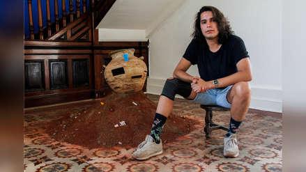 Santiago Robles: el joven ceramista presenta su primera muestra en la que denuncia la contaminación que sufre nuestro planeta
