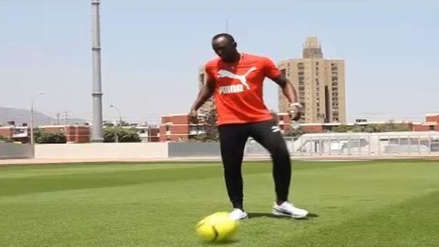 Usain Bolt demostró su dotes con el balón en la Videna
