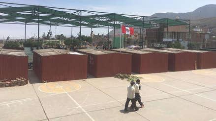 Arequipa | Escolares estudian en losa deportiva y el director tuvo que convertir el baño en su oficina