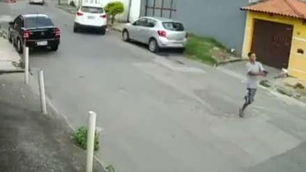 El inusual robo de un auto en Río de Janeiro por un ladrón sin una pierna [VIDEO]
