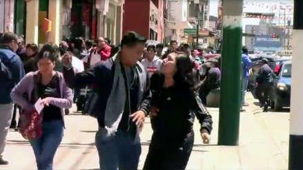 Policías simularon agresión de un hombre a su pareja en la calle y así reaccionaron los testigos