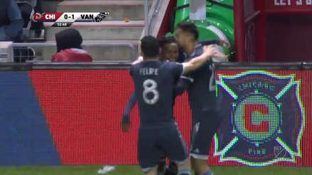 Yordy Reyna aprovechó un blooper del arquero para marcar un gol en la MLS