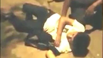 Vecinos sorprenden a una pareja teniendo sexo en un parque y la castiga (Video)
