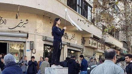 Una mujer iraní fue condenada a un año de cárcel por quitarse el velo