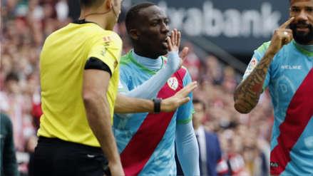 Luis Advíncula tuvo este gesto con sus compañeros por su expulsión frente a Athletic de Bilbao