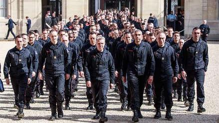 """""""Son ejemplares a la vista del mundo entero"""": Emmanuel Macron rindió homenaje a los bomberos que apagaron el incendio de Notre Dame"""