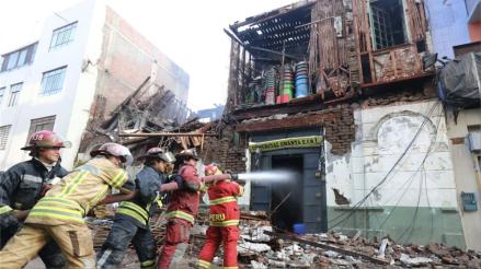 Bomberos controlan incendio en Mesa Redonda y empieza la remoción de escombros
