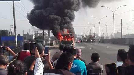 Un bus de transporte público se incendió en plena Panamericana Norte