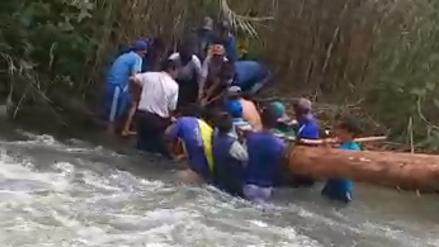 Video   Pobladores arman sus propios puentes con troncos y cruzan el río