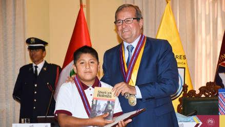 Niño que estudiaba en la calle y bajo la luz de un poste en Trujillo fue distinguido como embajador de la lectura