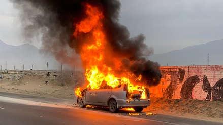 Automóvil se incendió en la carretera Panamericana Norte en Trujillo
