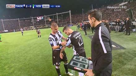 ¡Emotivo! Técnico del PAOK hizo ingresar al campo a jugador con ligamentos rotos para que celebre título con  equipo