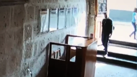 Arequipa | Cámaras graban a un hombre robando una alcancía de donaciones para niño con cáncer