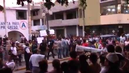Comerciantes lanzan panes a alcalde y se resisten a ser reubicados