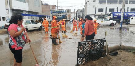 El río Surco se desbordó e inundó calles y viviendas en Chorrillos