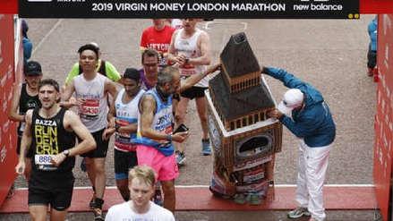 Competidor de maratón se vistió de Big Ben y tuvo problemas para pasar la línea de meta